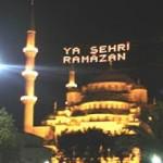Illumination de la Mosquée bleue pendant le ramadan